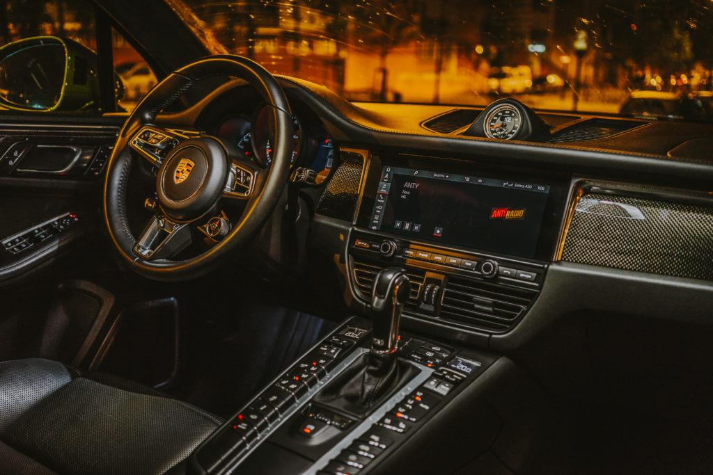 Porsche Macan Turbo noc kokpit