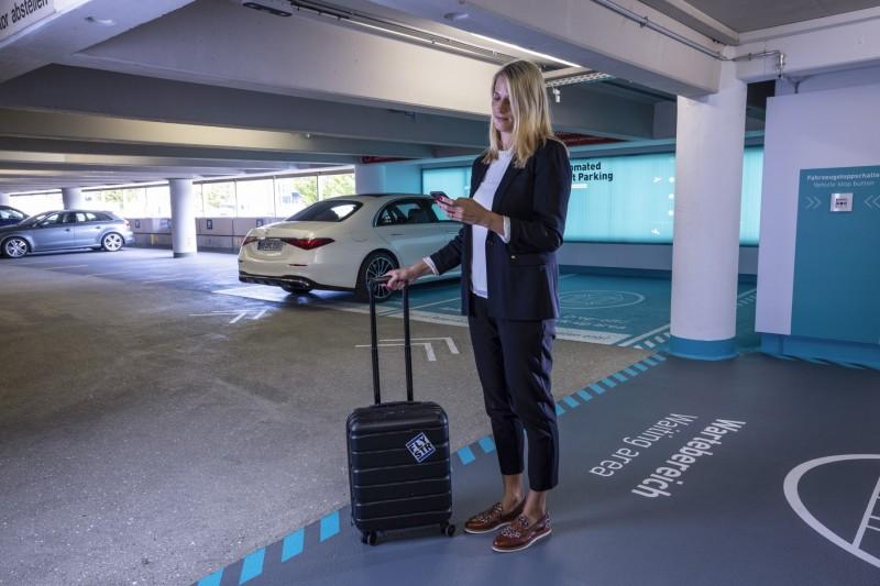Autonomiczne parkowanie Mercedes S lotnisko oczekiwanie