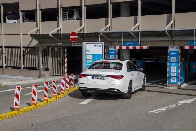 Autonomiczne parkowanie Mercedes S lotnisko wjazd na parking