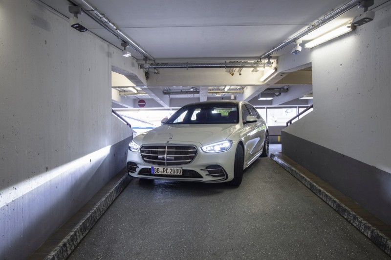 Autonomiczne parkowanie Mercedes S lotnisko wąski tunel