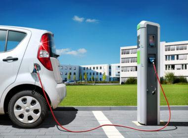 Auto elektryczne podczas ładowania