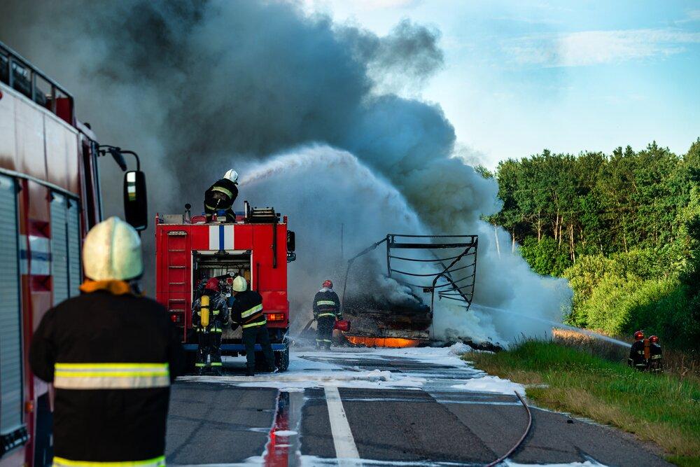 Straż pożarna gasi ciężarówkę