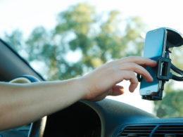 aplikacje dla kierowców - smartfon w samochodzie