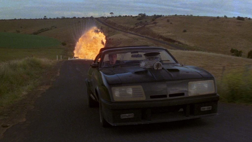 Kadr z filmu Mad Max i kultowy samochód The Last V8 (fot. mat. prasowe)