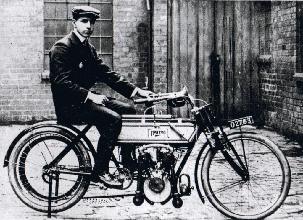 Rem Fowler na motocyklu Norton 1907 (fot. wiki)