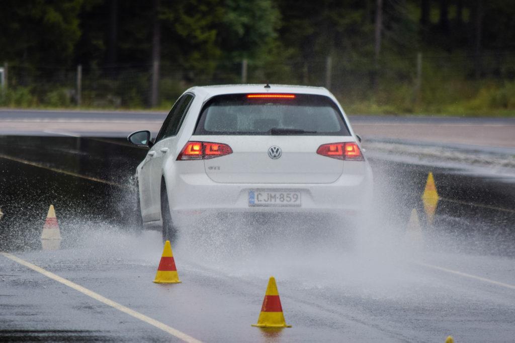 Sportowe opony mogą znacznie poprawić trakcję mocnego auta z dynamicznym silnikiem i wydajnym układem hamulcowym, ale trzeba umieć czytać testy.