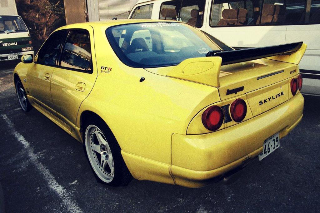 Żółty Skyline GT-R
