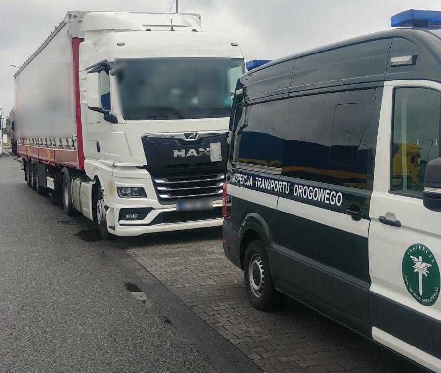 Inspektorzy kontrolują spieszącego się tureckiego kierowcę